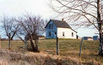 This might be a farmhouse in La Vallee, Ontario.  Or it might be a house somewhere else.